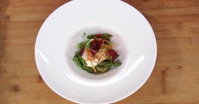 Huevo poché con alcachofas contadas y crujiente de jamón