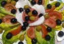 Ensaladita tomate lechuga queso fresco unas aceitunitas negras
